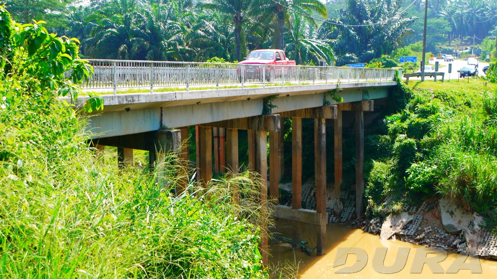 Original site and old concrete bridge come with 4 row of piers in the waterway of the Sg. Linggi (13/10/2011).