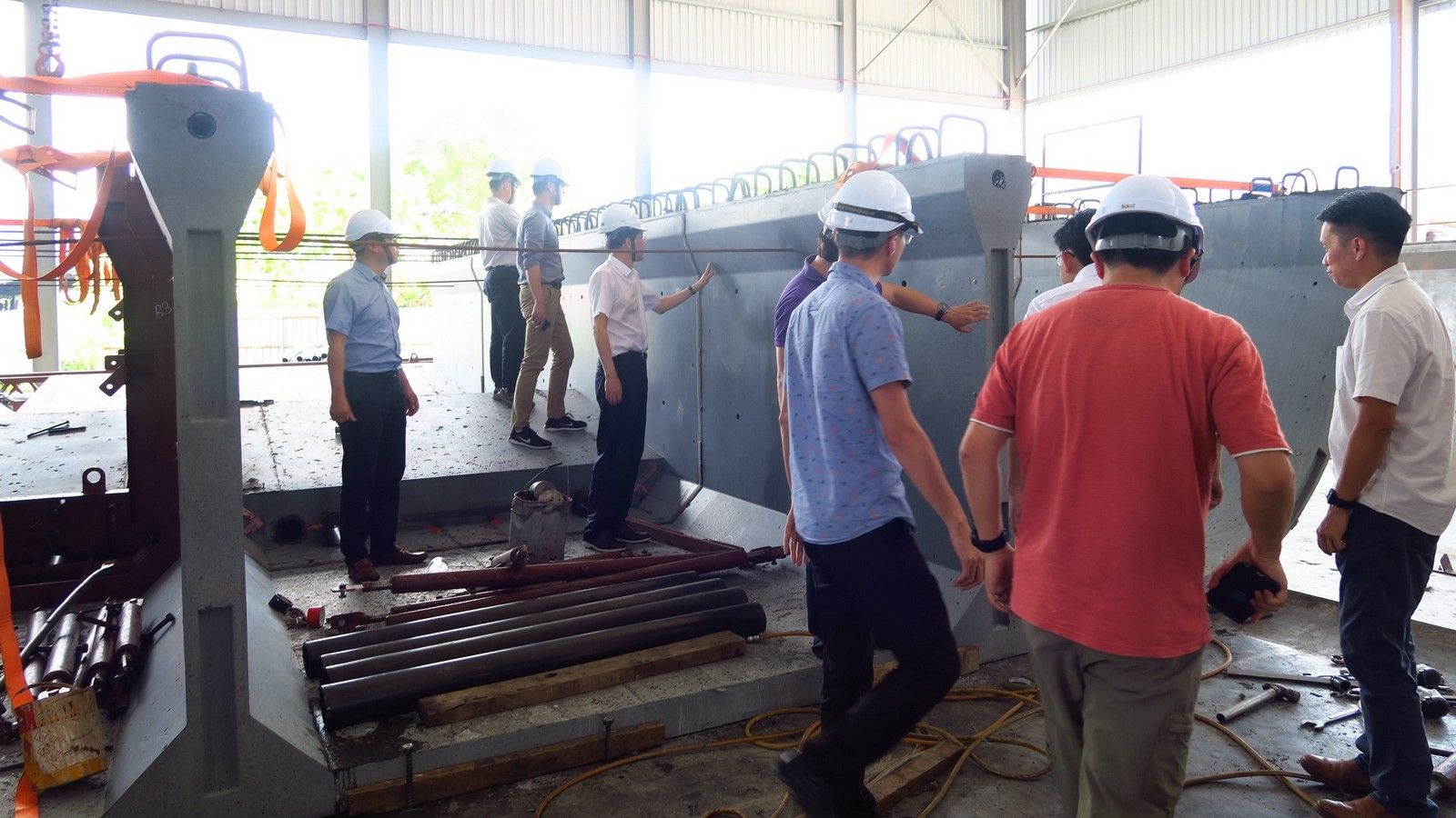Mr Zhou Liang inspecting the finishing of Dura GUBG segments.